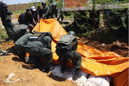 Officials from the National Bolivarian Guard found dozens of bags of sugar buried two meters down in earth. Photo:Alba Ciudad